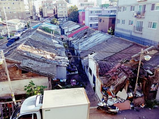 일제강점기에 지어진 일본 미쓰비시중공업 사택(인천 부평2동)이 흉물스럽게 방치된 모습. [임명수 기자]