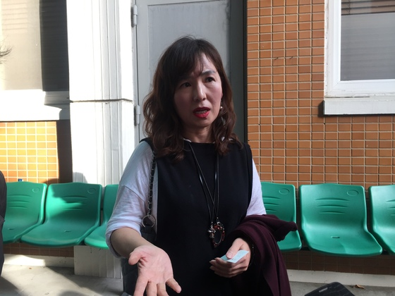 공지영 작가가 지난달 29일 전주지법 3호 법정 앞에서 취재진의 질문에 답하고 있다. 전주=김준희 기자