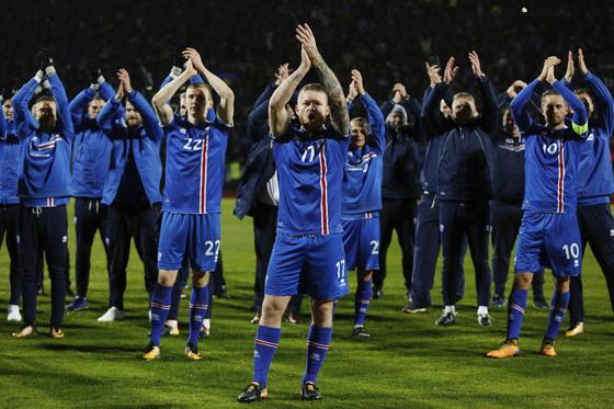 아이슬란드 선수들이 러시아월드컵 본선 진출을 확정한 뒤, 관중들과 박수 응원을 함께 하고 있다. [AP=연합뉴스]