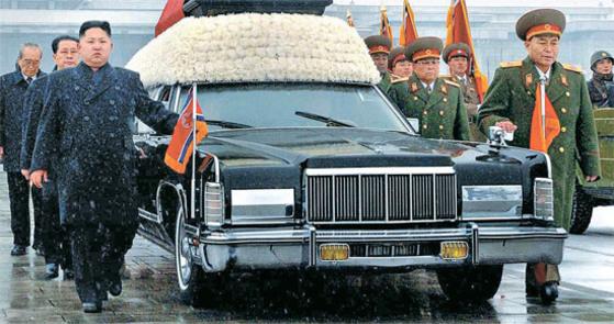 북한의 김정은 노동당 위원장(왼쪽 앞)과 당·정·군 실세들이 지난 2011년 12월 28일 김정일 영결식에서 운구차를 호위하고 있다. 이들은 '운구차 7인방'으로 불렸으나 5년만에 모두 처형되거나 교체됐다. 김정은의 뒤로 장성택 국방위 부위원장, 김기남 당비서, 최태복 최고인민회의 의장. 이영호 당시 총참모장 뒤로 김영춘 인민무력부장, 김정각 군 총정치국 제1부국장, 우동측 국가안전보위부(현국가보위성) 제1부부장이 서 있었다. [사진 노동신문]