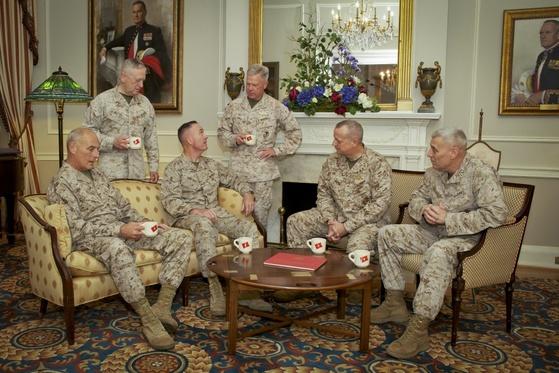 2013년 4월19일 당시 6명의 해병대 현역 4성 장군들이 한 자리에 모여 찍은 사진. 왼쪽부터 시계방향으로 존 켈리 현 백악관 비서실장, 제임스 매티스 국방부 장관, 조지프 던퍼드 합참의장, 제임스 아모스 당시 해병대사령관, 존 앨런 브루킹스 연구소 신임 소장, 존 팩스톤 주니어 당시 해병대부사령관.