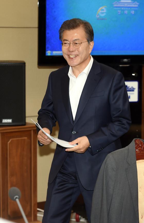 문재인 대통령이 10일 오전 청와대 여민관에서 열린 수석 ·보좌관회의에 참석하고 있다. [청와대 사진기자단]