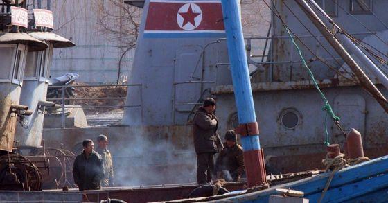 북한 인공기 표식을 한 북한 선박의 모습. [중앙포토]