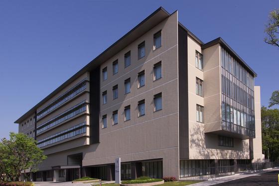 일본 교토대 유도만능줄기세포연구소(CiRA) 연구동 본관의 모습. 이 건물 뒤에는 2관, 우측에 3관이 있음 그옆에는 교토대 병원이 자리해 있다. [사진 CiRA]