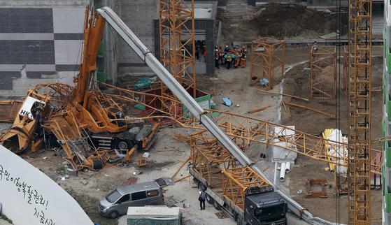 10일 오후 경기도 의정부시 낙양동 한 아파트 공사장에서 타워크레인이 넘어져 3명이 사망하고 2명이 부상당하는 사고가 발생했다 임현동 기자