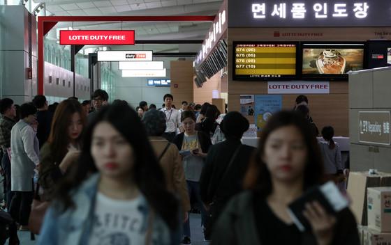 추석연휴 인천국제공항 면세품 인도장이 국외로 떠나는 출국객들로 붐비고 있다. [중앙포토]