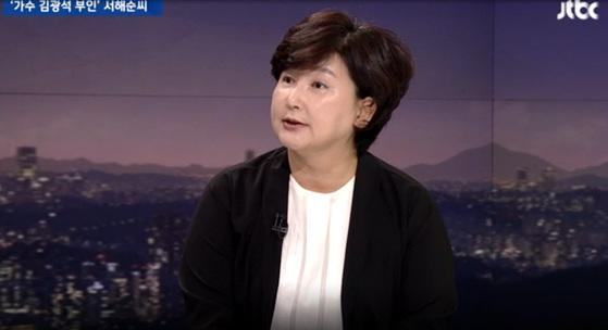 가수 고(故) 김광석씨의 부인인 서해순(53)씨가 25일 JTBC 뉴스룸에 출연해 손석희 앵커와 인터뷰를 하고 있다. JTBC 캡처