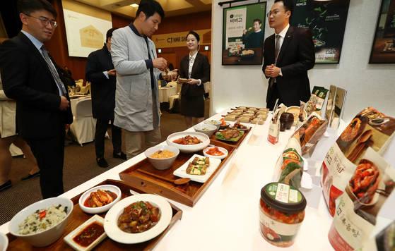 11일 오전 서울 중구 CJ인재원에서 열린 CJ제일제당 HMR(가정간편식) 쇼케이스에서 참석자들이 제품을 시식하고 있다. [연합뉴스]