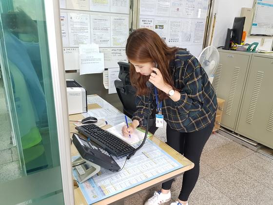 당직자가 민원 전화를 받는 모습. [사진 양천구 제공]