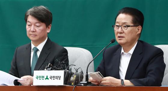 박지원 국민의당 전 대표(오른쪽)가 지난달 21일 국회에서 열린 의원총회에서 발언을 하고 있다. 연합뉴스