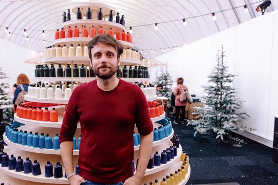 지난 9월 5일 영국 런던에서 열린 러쉬 크리에이티브 쇼케이스 현장에서 만난 러쉬의 제품개발총괄 대니얼 캠벨. 뒤의 구조물은 그가 최근 개발한 '네이키드 샤워젤'로 만든 크리스마스 트리. [사진 러쉬코리아]