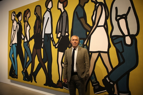수원시립아이파크미술 관에서 대규모 개인전을 열고 있는 영국 미술가 줄리안 오피. 최근작 '워킹 인 해크니'(2017) 앞에 섰다. [이후남 기자]