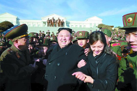 김정은과 부인 이설주가 지난 3월 만경대혁명학원을 방문한 모습. [노동신문]