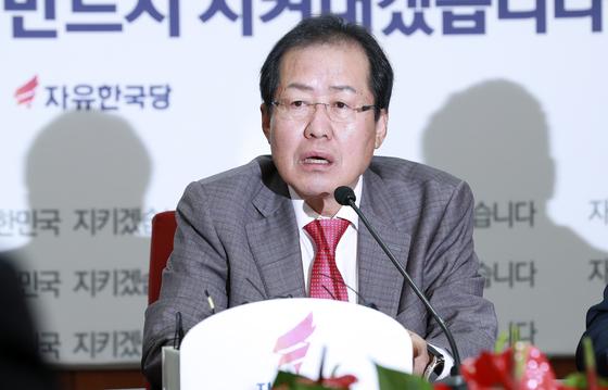 자유한국당 홍준표 대표(가운데)가 9일 서울 여의도 당사에서 열린 최고위원회의에서 모두발언을 하고 있다. 임현동 기자.