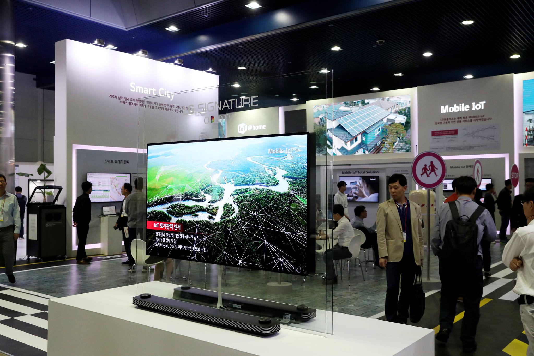 사물인터넷(IOT) 제품과 서비스를 한자리에서 볼 수 있는 '2017 사물인터넷 국제전시회'가 11일 서울 코엑스에서 열렸다. 이번 전시에는 통신3사를 비롯한 국내외 기업들이 가정과 일터, 도시, 자동차 등 생활 전반에 적용된 다양한 IoT 제품과 서비스를 선보인다.우상조 기자