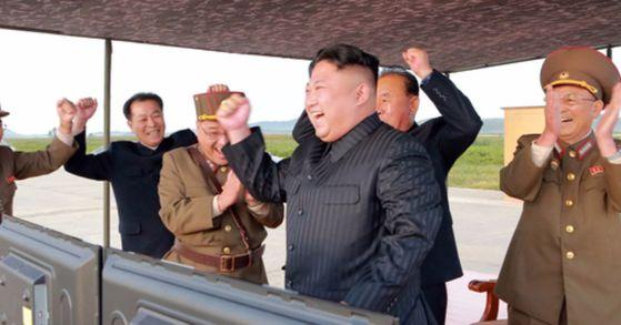 지난달 16일 조선중앙통신이 보도한 북한 김정은 노동당 위원장이 중장거리탄도미사일(IRBM)인 화성-12형 발사 훈련을 현지 지도하는 모습. [사진 조선중앙통신]