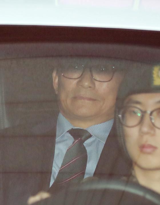 뇌물수수 혐의로 구속영장이 발부된 박찬주 육군 대장이 지난달 21일 오후 서울 용산 국방부 군사법원을 나서고 있다. [연합뉴스]