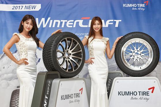 금호타이어의 새로운 겨울용 타이어 '윈터크래프트 WP72'와 '윈터크래프트 WS71'. [사진 금호타이어]
