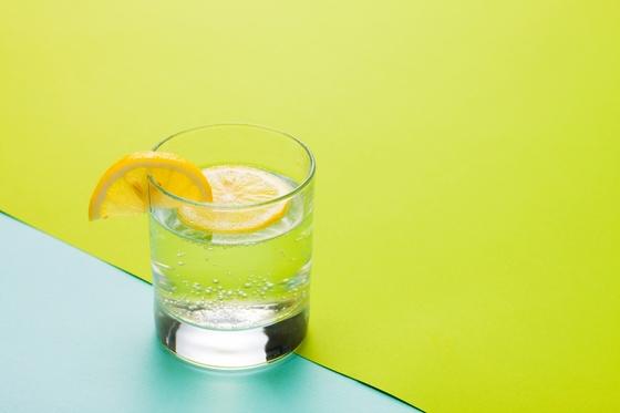 물을 많이 마시기 힘들다면 레몬 한 조각 넣어 마셔보자. [사진 fireworks]
