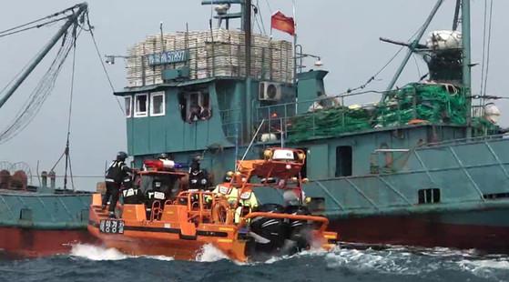 해경 특수기동대원들이 고속단정을 이용해 불법조업 중국어선을 단속하고 있다. [사진 해양경찰청]