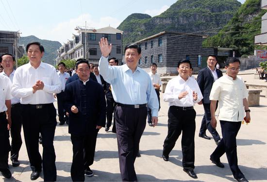 2011년 5월 구이저우성을 시찰한 시진핑 주석을 리잔수(사진 왼쪽) 당시 당서기와 자오커즈(사진 오른쪽 세번째) 당시 구이저우 성장이 수행하고 있다. [중앙포토]