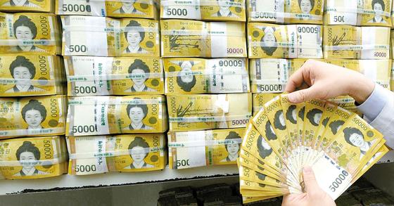 정부가 저소득층 157만 가구에 1조1416억원이 지급한다. [중앙포토]