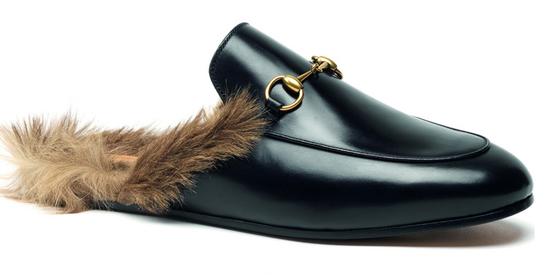 구찌 프린스타운. 2015년 캥거루 털로 장식된 퍼(fur) 슬리퍼로 첫 출시된 이후 선풍적인 인기를 끌고 있다. 2017년 크루즈 컬렉션부터는 양털로 변경되어 제작되고 있다. [사진 중앙포토]