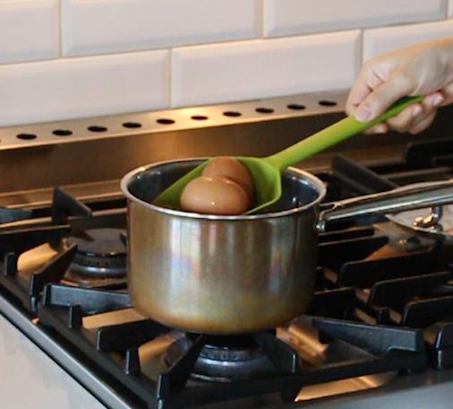 끓는 물에 10~12분 삶아 '완숙' 상태의 삶은 계란을 준비한다.