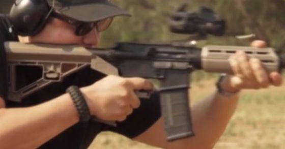 라스베이거스 총기난사 사건 당시 현장에 있던 시민들이 범인 스티븐 패덕이 총기에 부착해 사용한 '범프 스탁'의 제조사를 상대로 소송을 제기했다. 범프 스탁은 반자동 소총을 연사가 가능한 자동소총으로 바꿔주는 부품이다. 사진은 패덕이 총기에 사용한 '범프 스탁'을 제조한 '슬라이드 파이어 솔루션스' 사의 범프 스탁 소개 영상. 범프 스탁은 총기 뒤쪽 갈색 부품. [사진 Silde Fire Solutions]