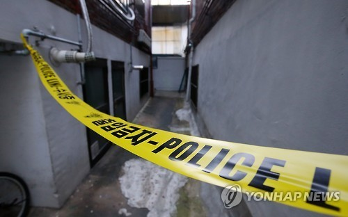 2015년 9월 살인사건이 벌어진 서울 공릉동 양씨의 자택 주변에 설치됐던 폴리스 라인. [연합뉴스]