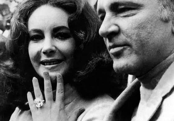 엘리자베스 테일러(왼쪽)가 리처드 버튼(오른쪽)에게서 받은 반지를 보이며 웃고 있다.