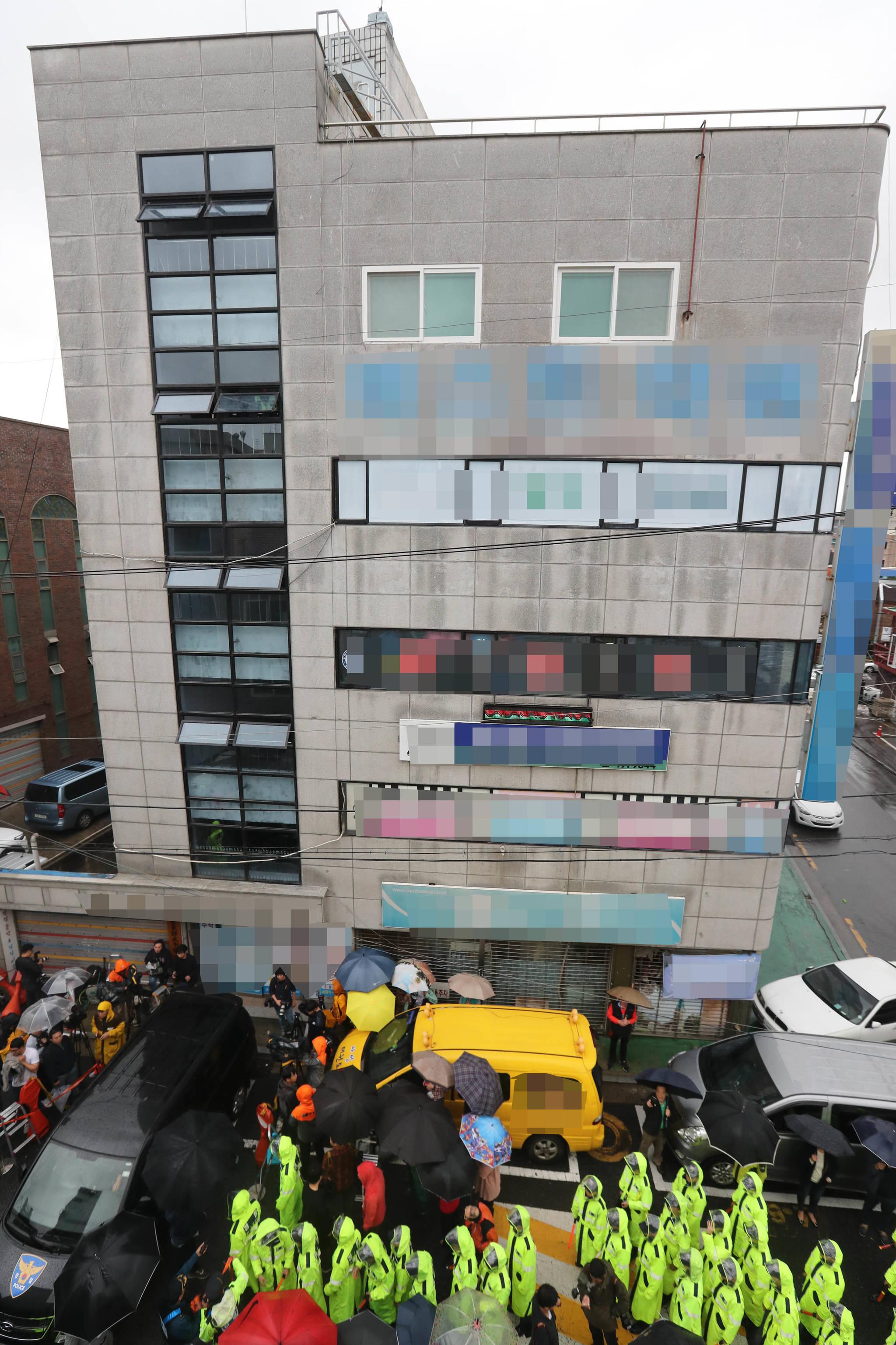 여중생 살해범으로 지목된 어금니 아빠 이영학에 대한 경찰의 현장검증이 서울 중랑구 망우동 363-1번지 그의 집에서 11일 열렸다. 건물 5층이 이영학이 거주하던 곳이다. 신인섭 기자