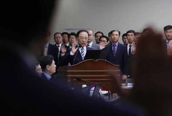 홍남기 국무조정실장이 12일 정부세종청사에서 열린 정무위원회 국정감사에서 선서하고 있다. [연합뉴스]