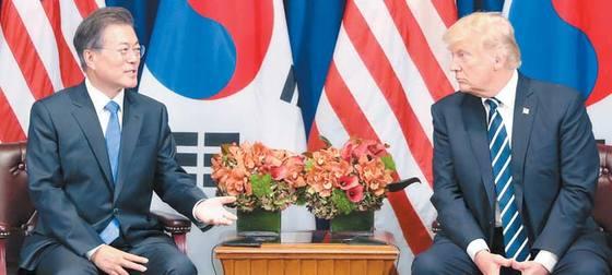 지난 21일 미국 뉴욕에서 정상회담 중인 문재인 대통령과 도널드 트럼프 미국 대통령. 청와대사진기자단