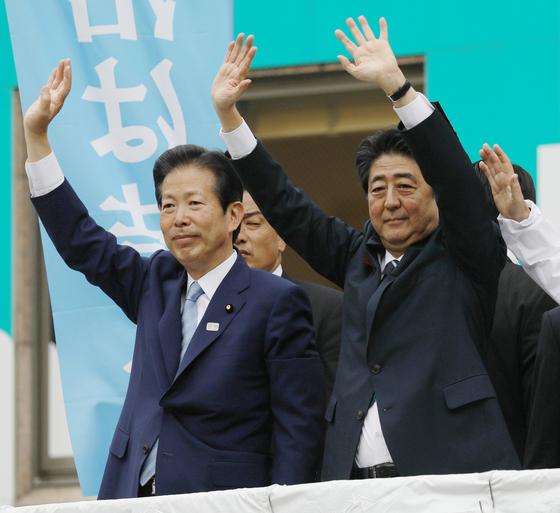 아베 신조 총리(오른쪽)가 지난 2일 도쿄의 한 선거구에서 연정 파트너인 야마구치 나쓰오 공명당 대표와 후보 지원 유세를 하고 있다. [사진=지지통신]