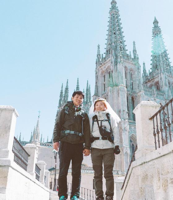 한국인의 결혼 평균 비용 4590만원. 이 인생 최대의 '쇼핑'에 얼마나 만족할까. '신혼여행' 만족도가 압도적으로 높았다. 정현우·이혜민 부부는 아예 혼수 예물 다 생략하고 결혼식 비용 전부를 신혼여행에 썼다. 산티아고 순례길 900㎞를 함께 걷고 90일간 스페인 전역을 돌았다. [사진 출판사900㎞]