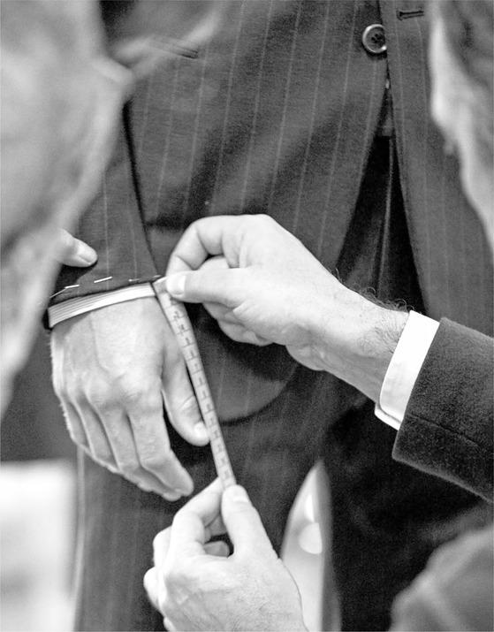 취향을 반영한 슈트를 주문 제작하는 조르지오 아르마니의 MTM 서비스. 이탈리아 본사 테일러가 한국 매장에서 직접 주문을 받는 서비스가 10월 18일 시작된다.