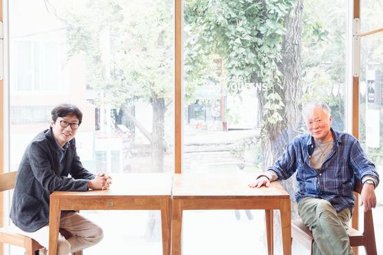 소설과 영화 '남한산성'에서 패배의 역사를 있는 그대로 보여준 황동혁 감독(왼쪽)과 김훈 작가. [사진 라희찬(STUDIO 706)]