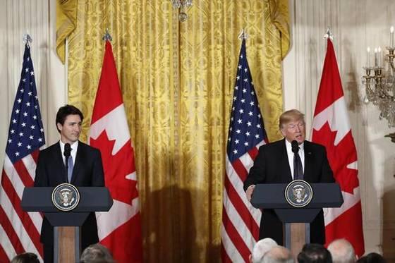 도널드 트럼프 미국 대통령(오른쪽)과 저스틴 트뤼도 캐나다 총리가 11일 (현지시간) 워싱턴 백악관에서 정상회담을 한 뒤 공동기자회견을 하고 있다.