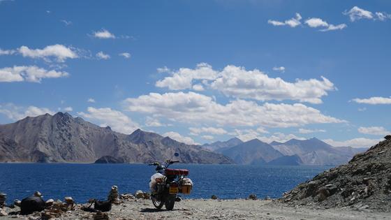 두 바퀴로 달리는 자유를 만끽했던 인도 여행. 소금호수 판공초를 배경으로 여행 중 애마가 돼 줬던 바이크를 찍어봤다.