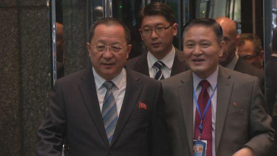 자성남(오른쪽) 유엔주재 북한 대사가 지난달 20일(현지시간) 유엔총회 참석차 미국 뉴욕에 도착한 이용호 북한 외무상과 걸어가고 있다. 뉴욕=안정규 JTBC 기자