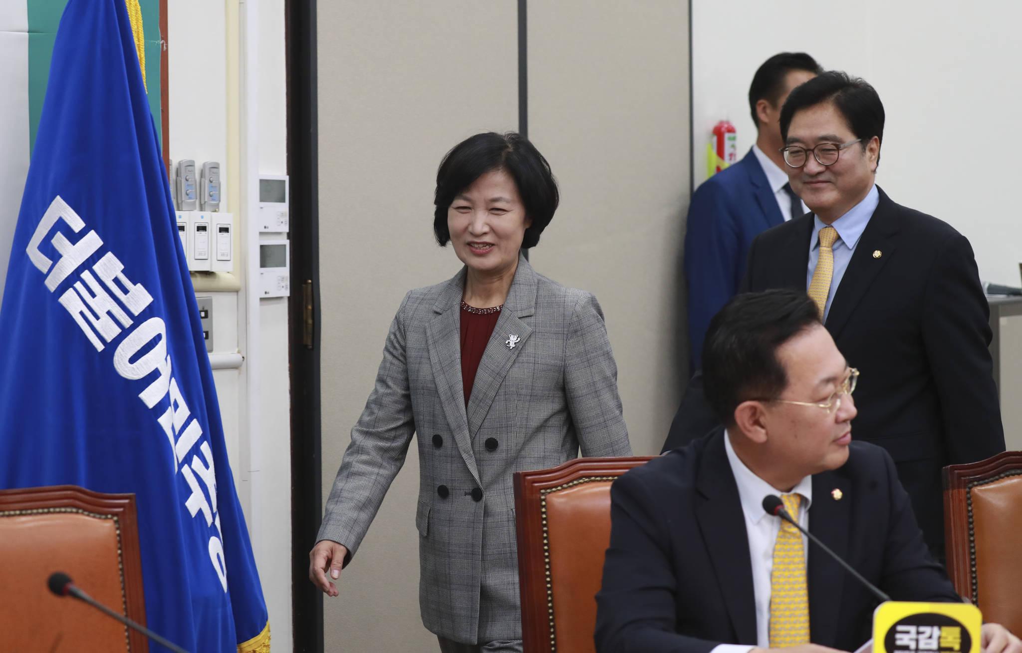 더불어민주당 추미애 대표와 우원식 원내대표가 밝은 모습으로 회의장으로 들어오고 있다. 임현동 기자