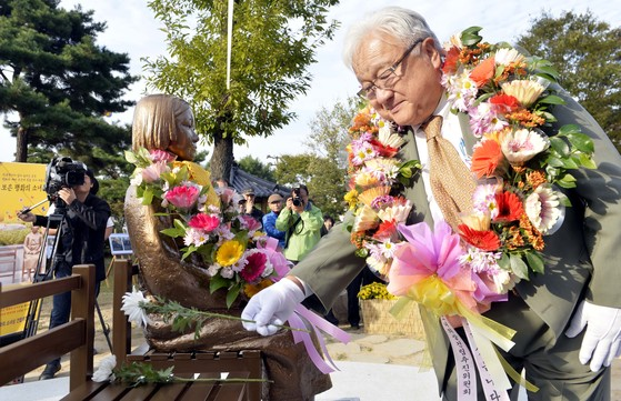 혼다 미국 전 하원의원이 평화의 소녀상에 헌화하고 있다. 프리랜서 김성태