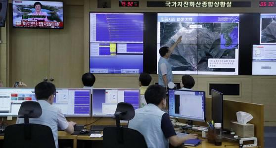 지난달 3일 북한의 제6차 핵실험 직후 분주하게 움직이고 있는 서울 동작구 신대방동 기상청 국가 지진화산 종합상황실 직원들의 모습 [연합뉴스]
