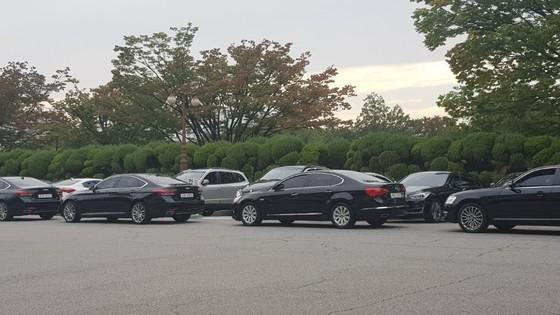 국정감사 첫날인 12일 국회 주차장이 가득 찼다. 이중주차를 한채 대기중인 의원실, 피감기관 관계자의 차량들. 김록환 기자