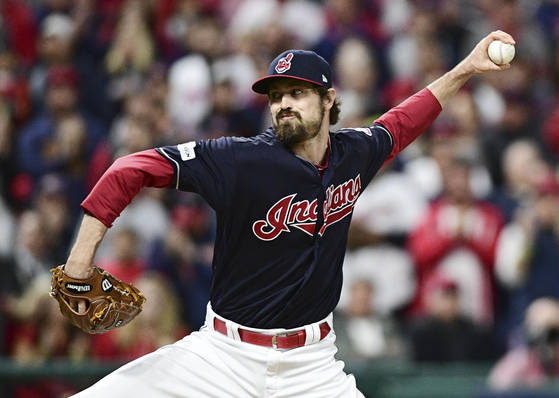 Cleveland Indians relief pitcher Andrew Miller throws to a New York Yankees batter during the fourth inning of Game 5 of a baseball American League Division Series, Wednesday, Oct. 11, 2017, in Cleveland. (AP Photo/David Dermer) <저작권자(c) 연합뉴스, 무단 전재-재배포 금지>