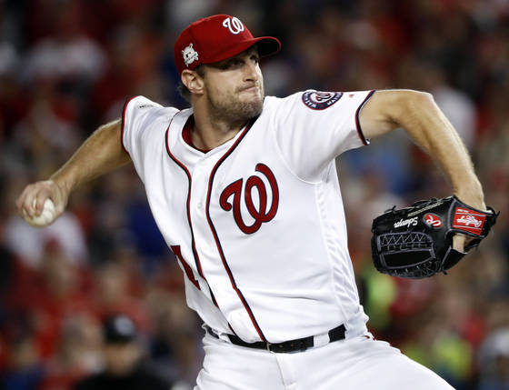 Washington Nationals relief pitcher Max Scherzer (31) throws during the fifth inning in Game 5 of baseball's National League Division Series against the Chicago Cubs, at Nationals Park, Thursday, Oct. 12, 2017, in Washington. (AP Photo/Pablo Martinez Monsivais) <저작권자(c) 연합뉴스, 무단 전재-재배포 금지>