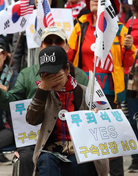 13일 오후 서울지방법원 앞 삼거리에서 박근혜 전 대통령 지지자들이 법원의 구속연장 결정에 안타까워 하고 있다. 우상조 기자