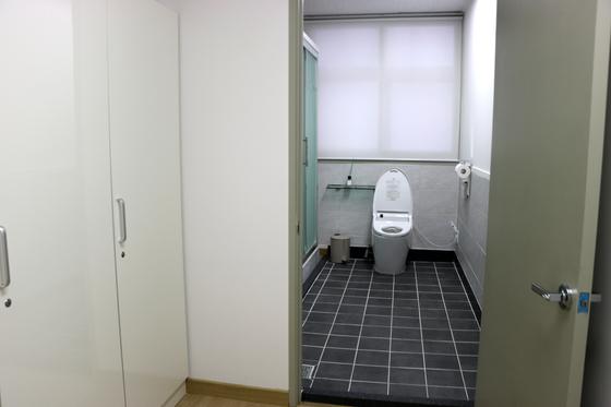 기존 공용 화장실과 붙어 있던 직원용 체력단련실을 폐쇄한 뒤 수도공사를 거쳐 여성용 변기와 샤워부스를 설치했다 [뉴시스]