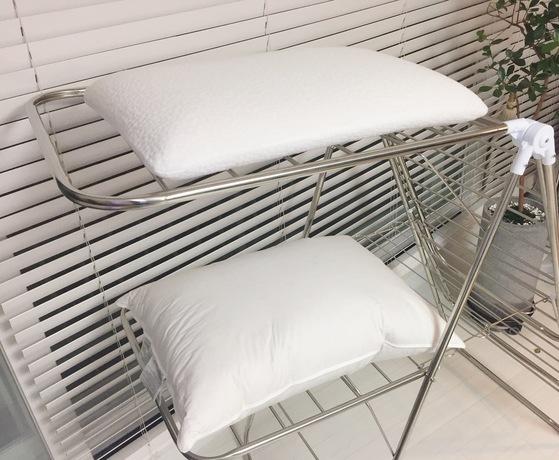 베개를 건조할 때는 위아래가 트인 건조대에 올려 말린다. 놓아둔대로 마르니 축축할 때 손으로 고르게 모양을 잡아야 한다.